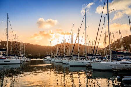 Zeilboten bij een jachthaven op Tortola in de Britse Maagdeneilanden Stockfoto