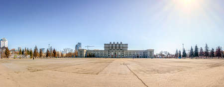 totalitarian: Kuibyshev Square and the State Academic Opera and Ballet Theatre in Samara, Russia Stock Photo