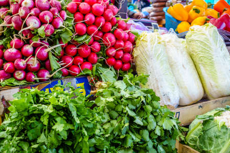 agricultor: Verduras frescas para la venta en un mercado de agricultores en Pyatigorsk, Rusia Foto de archivo
