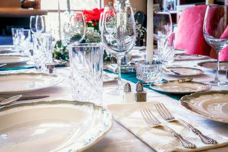 ustensiles de cuisine: Table à manger est réglé pour un dîner de vacances Banque d'images