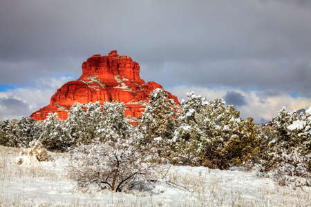 Bell Rock formation in Sedona, Arizona after heavy snow storm Banco de Imagens - 59848532