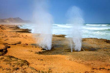 orificio nasal: Hacer agujeros en Al Mughsayl playa cerca de Salalah, Omán Foto de archivo