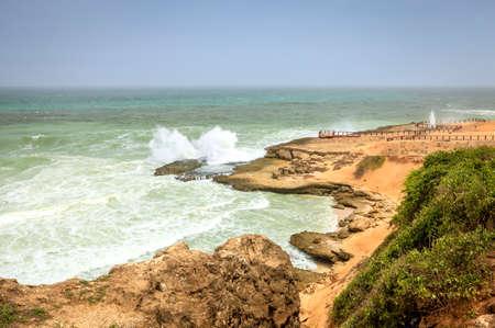 orificio nasal: Blow área de agujeros en Al Mughsayl playa cerca de Salalah, Omán durante la temporada del monzón Foto de archivo