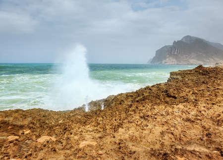 orificio nasal: Resaca del océano, cerca de la playa de Al Mughsayl en Salalah, Omán durante la temporada del monzón