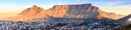 Panorama-Blick auf den Tafelberg in Kapstadt, Südafrika bei Sonnenuntergang Standard-Bild
