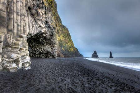 남부 아이슬란드 Reynisfjara 해변의 현무암 동굴