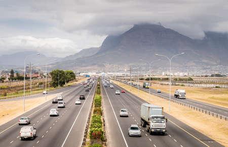 Blick von oben auf eine Autobahn in Kapstadt, Südafrika, Standard-Bild