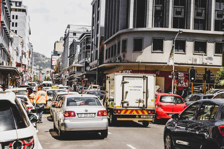 Kapstadt, Südafrika, 9. Februar 2018: belebte Straße mit Verkehr in der Innenstadt von Kapstadt, Südafrika