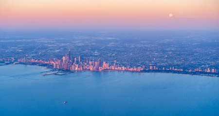 Scenic aerial view of full moon setting over Chicago downtown at sunrise Stok Fotoğraf