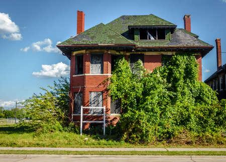 Una de las muchas calles del centro de Detroit, Michigan con casas abandonadas