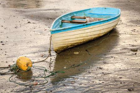 Vecchia barca a remi su una spiaggia durante la bassa marea. Costa Rica