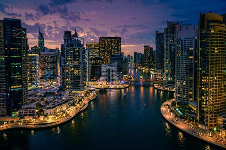 Vue panoramique sur la marina de Dubaï, Émirats Arabes Unis après le coucher du soleil