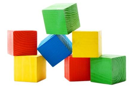 Hoop van houten gekleurde kubussen op een witte achtergrond