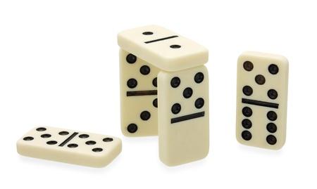 Domino constructie gebouwd op een witte achtergrond
