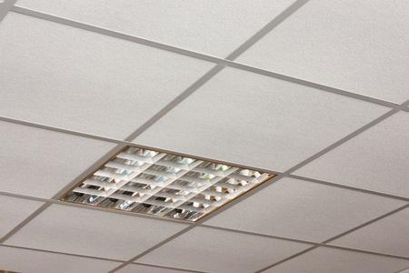 Plafondlamp ingebouwd op het witte plafond close-up Diagonal View