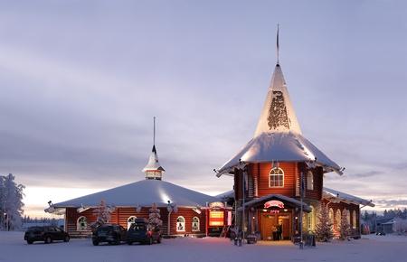 Kerst huis in officiële Santa Claus Village in Rovaniemi, Finland. Redactioneel