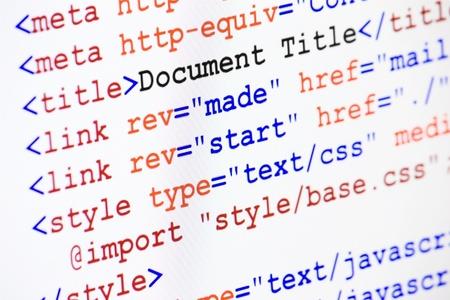 Web ページの HTML ソース コード ドキュメントのタイトル、メタデータ記述とリンク モニター スクリーン ショット斜めビュー、シャープネスの小さ