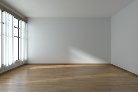 Lege ruimte met witte muren, houten parketvloer en raam met witte gordijnen Stockfoto