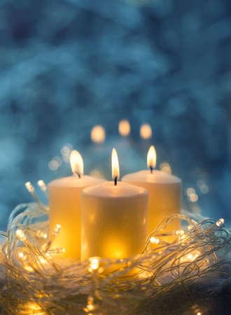 Primo piano della candela su una priorità bassa vaga blu