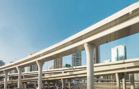 Dubai, Vereinigte Arabische Emirate 20. Februar 2018: Straßenkreuzung der Überführung. Blick von der Straße von unten Editorial