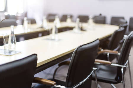 Flessen water en glazen op de lege vergadertafel. Bedrijfsconcept