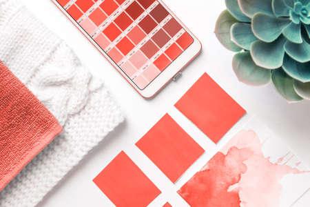 Guía de paleta de colores en el teléfono móvil sobre fondo blanco. flatlay. Color del año 2019 Coral vivo. coral vivo