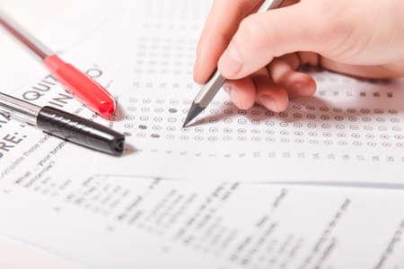 Test van Engelse meerkeuze op tafel. Vrouw neemt een toelatingsexamen.