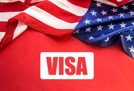 USA-Flagge auf dem Tisch. Amerikanisches Visumkonzept. Ansicht von oben, flach
