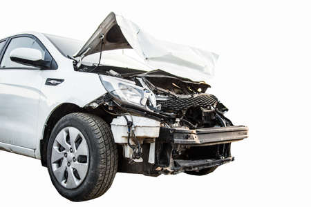 Front Broken Crash-Auto nach einem Unfall isoliert auf weiß Standard-Bild