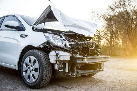 Vorderes gebrochenes weißes Unfallauto nach einem Unfall Standard-Bild