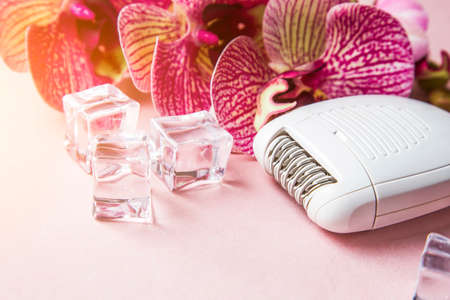 Epilator for removing unwanted hair on the body, legs, armpits and bikini area. orchid and ice. Banque d'images