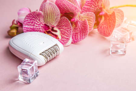 Epilator for removing unwanted hair on the body, legs, armpits and bikini area. orchid and ice. Stockfoto