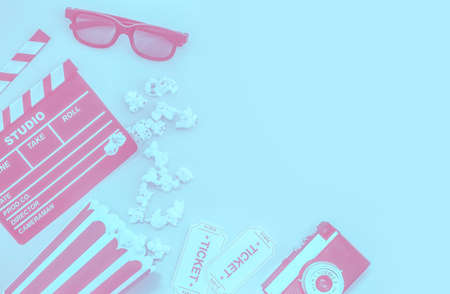 Cinema party concept. movie tickets, clapperboard, pop corn and 3d glasses in a pastel Banco de Imagens