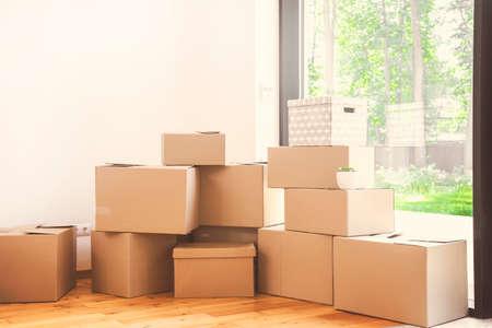 Jour du déménagement, cartons dans nouvel appartement.