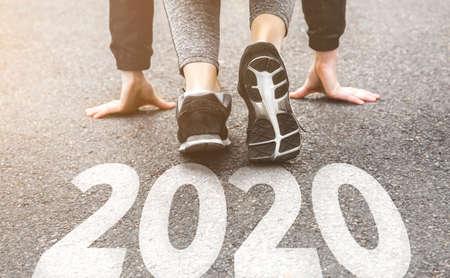 ragazza in uniforme sportiva in giro. Stile di vita sano, una figura infusa. sneakers close-up, finitura 20189 Inizio del nuovo anno 2020, piani, traguardi, obiettivi.