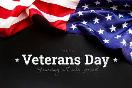 Bandera americana sobre fondo negro. Día de los Veteranos. Honrando a todos que sirvieron. 11 de noviembre.