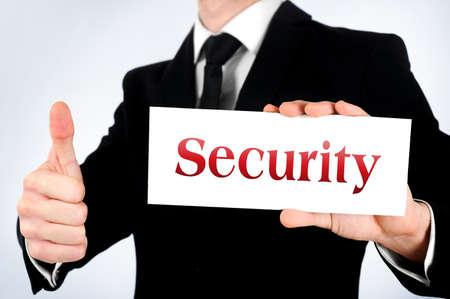 seguridad laboral: Hombre de negocios que muestra la tarjeta y estoy de acuerdo Foto de archivo