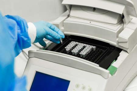 Laboratoire PCR. Thermocycleur. Amplification et détection par PCR en temps réel. Détection d'ARN ADN d'agents infectieux. Banque d'images