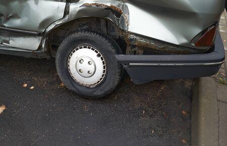 Wypadek lub wypadek samochodowy. Zepsute części zbliżenie samochodu. Zdjęcie Seryjne