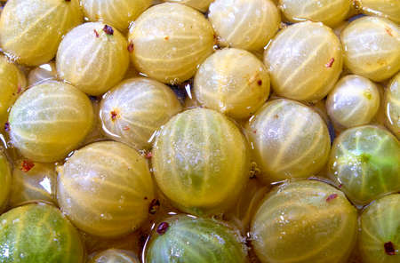 Photo of gooseberries in sweet sugary syrup.Close up 版權商用圖片