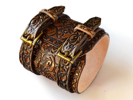 Aged brown leather bracelet filled with embossed skulls - botton view