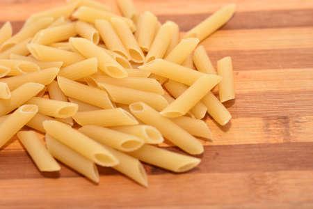 macarrones: Macaroni on wood background
