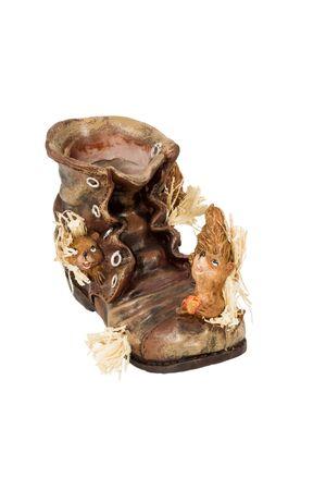 squirrel isolated: Maceteros decorativos vac�os como una bota vieja en la que viven ardilla aislado en un fondo blanco
