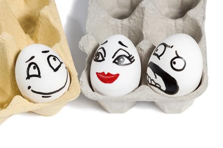 celos: Escena de huevos con caras que muestra la infidelidad el amor y los celos aislado en fondo blanco