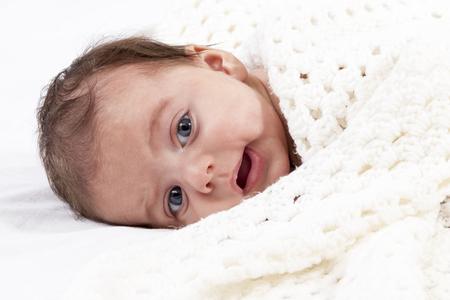 niño abrigado: Cute bebé recién nacido se encuentra ubicado de punto de lana bufanda de cerca
