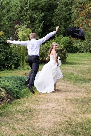 threw: Groom trips out for the bride in the park and threw aside jacket