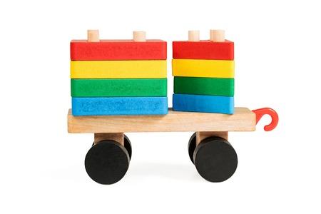 carreta madera: Los ni�os de carro de madera en las ruedas con varillas roscadas que son bloques rectangulares y triangulares una vista lateral aislada en el fondo blanco