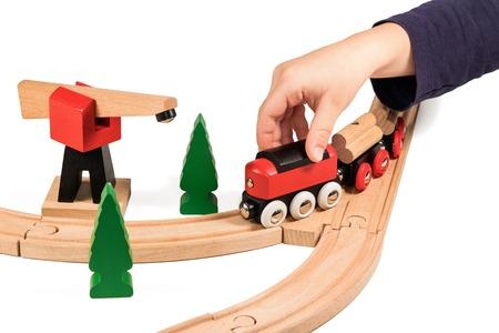 ni�os jugando: Juegos de ni�os tren de madera los ni�os aislados en fondo blanco