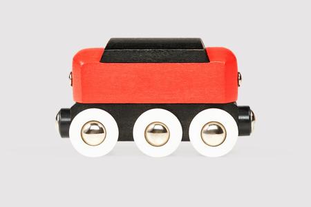 carreta madera: Los ni�os de color rojo negro de carro de madera vista en primer plano la cara aislada sobre fondo gris