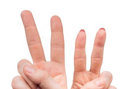 signo de paz: Manos femeninas y masculinas que cuentan el número dos aislados sobre fondo blanco
